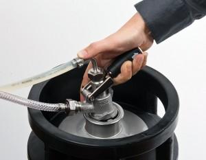 … et ajuster soigneusement le système de verrouillage au fitting (poignée vers le haut).