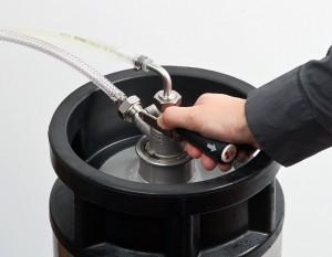 ... und es kann gezapft werden. Bei einigen Zapfköpfen muss zusätzlich ein Absperrventil geöffnet werden, damit das Bier fliesst.