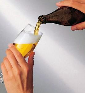Glas schräg halten und Bier zügig einschenken.