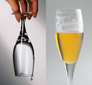 Das richtig gespülte Glas erkennt man am geschlossenen Wasserfilm nach dem Spülen und an den Schaumringen beim Austrinken.