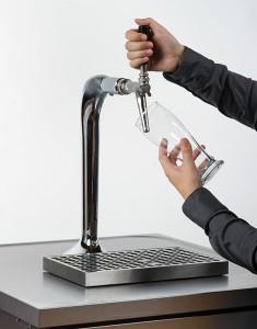 Glas schräg halten und an Zapfhahn anlegen, so dass das Bier der Glaswand entlangfliesst.