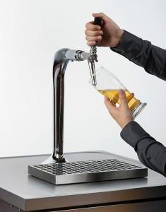 Remplir le verre aux deux tiers et fermer le robinet.