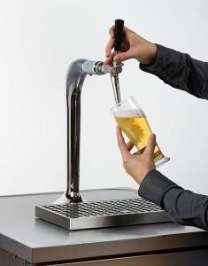 Bei geöffnetem Zapfhahn Glas korrekt füllen.