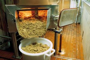 Les «drêches», résidus solides du processus de fabrication de la bière, sont valorisées comme aliments pour animaux.
